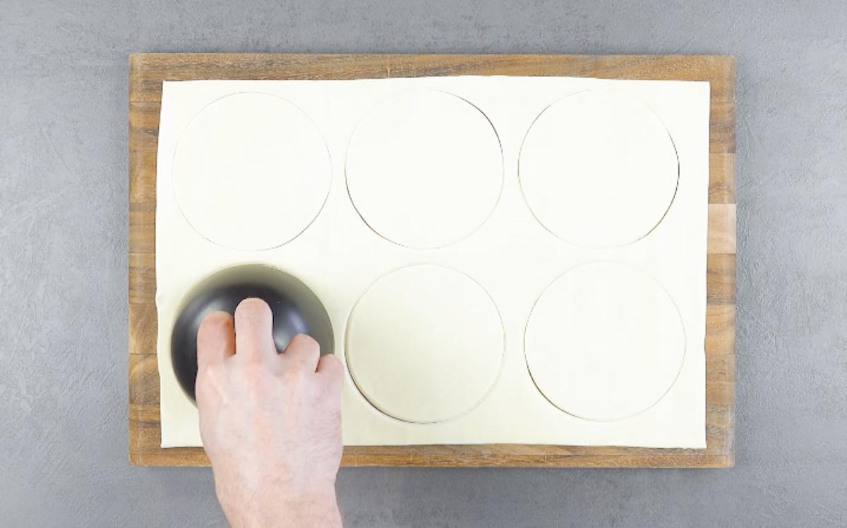 couper des cercles dans la pâte feuilletée