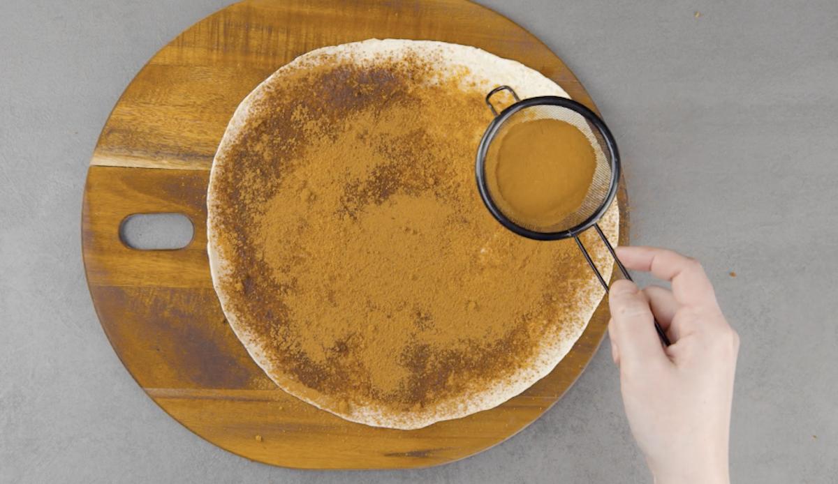 recouvrir la tortilla de sucre et de cannelle