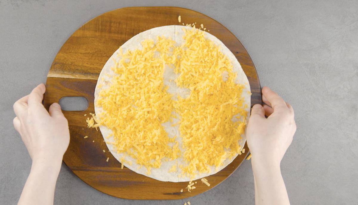recouvrir la tortilla de cheddar