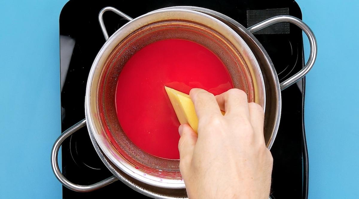 faire fondre la cire et en recouvrir le fromage