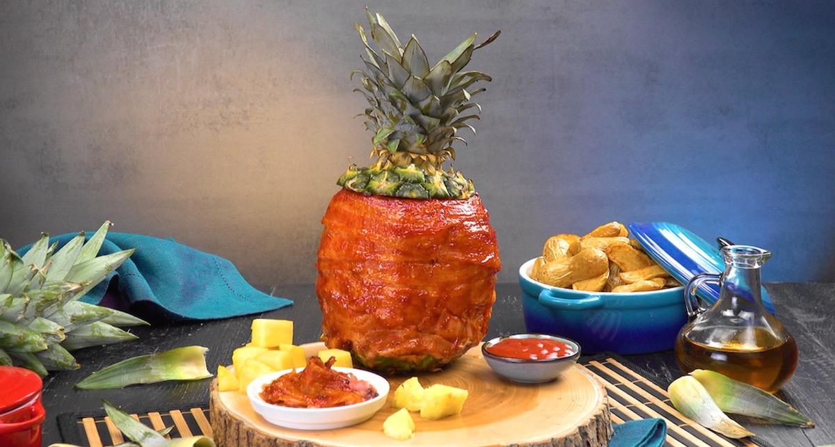 Ananas grillé farci de poulet mariné le tout enveloppé de lard