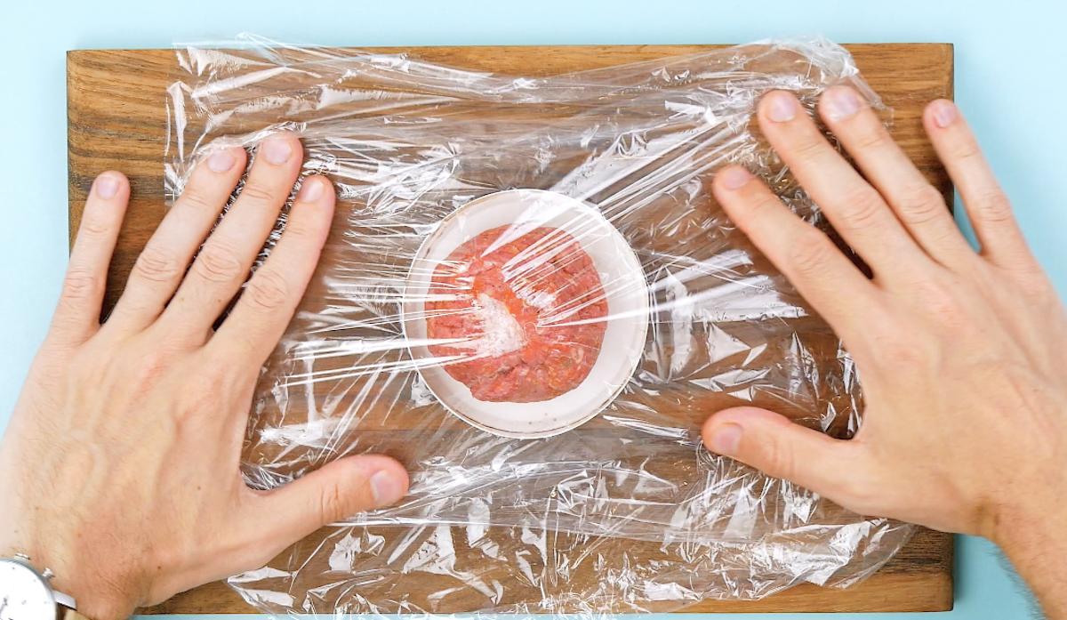placer la viande hachée sur le couvercle