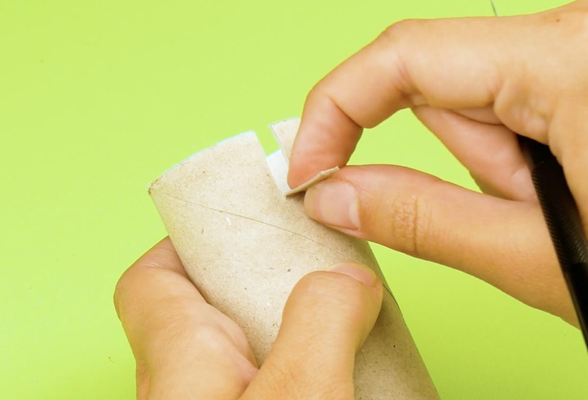 découper un petit rectangle au bord du rouleau de papier toilette vide