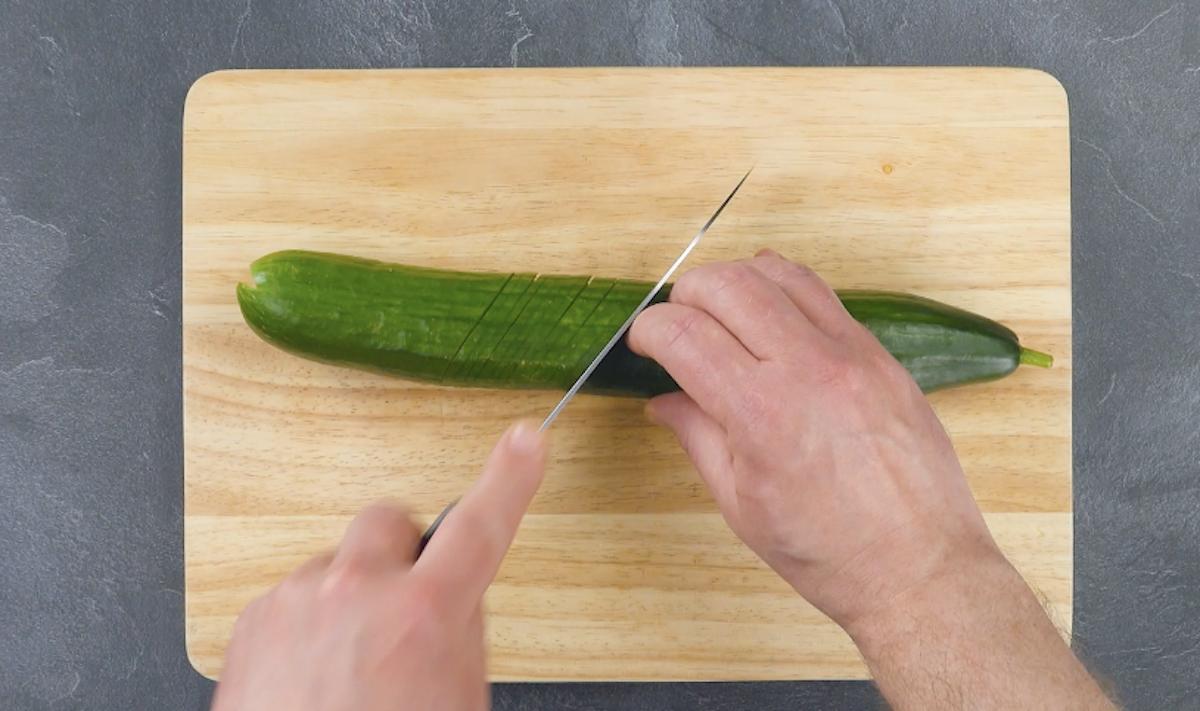 entailler le concombre en diagonale