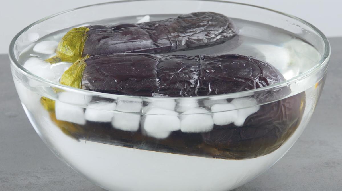 faire cuire les aubergines et les plonger dans l'eau glacée