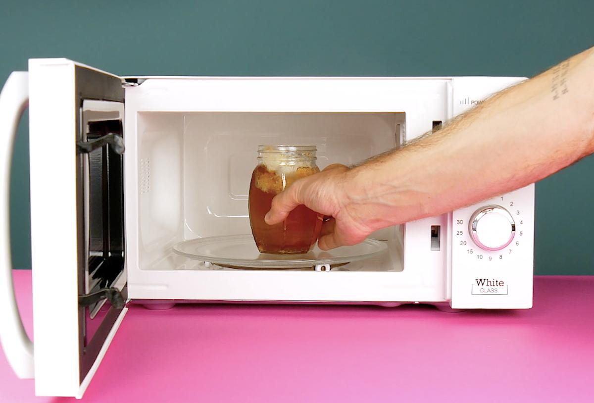 mettre le miel au micro-ondes pour faire fondre les cristaux
