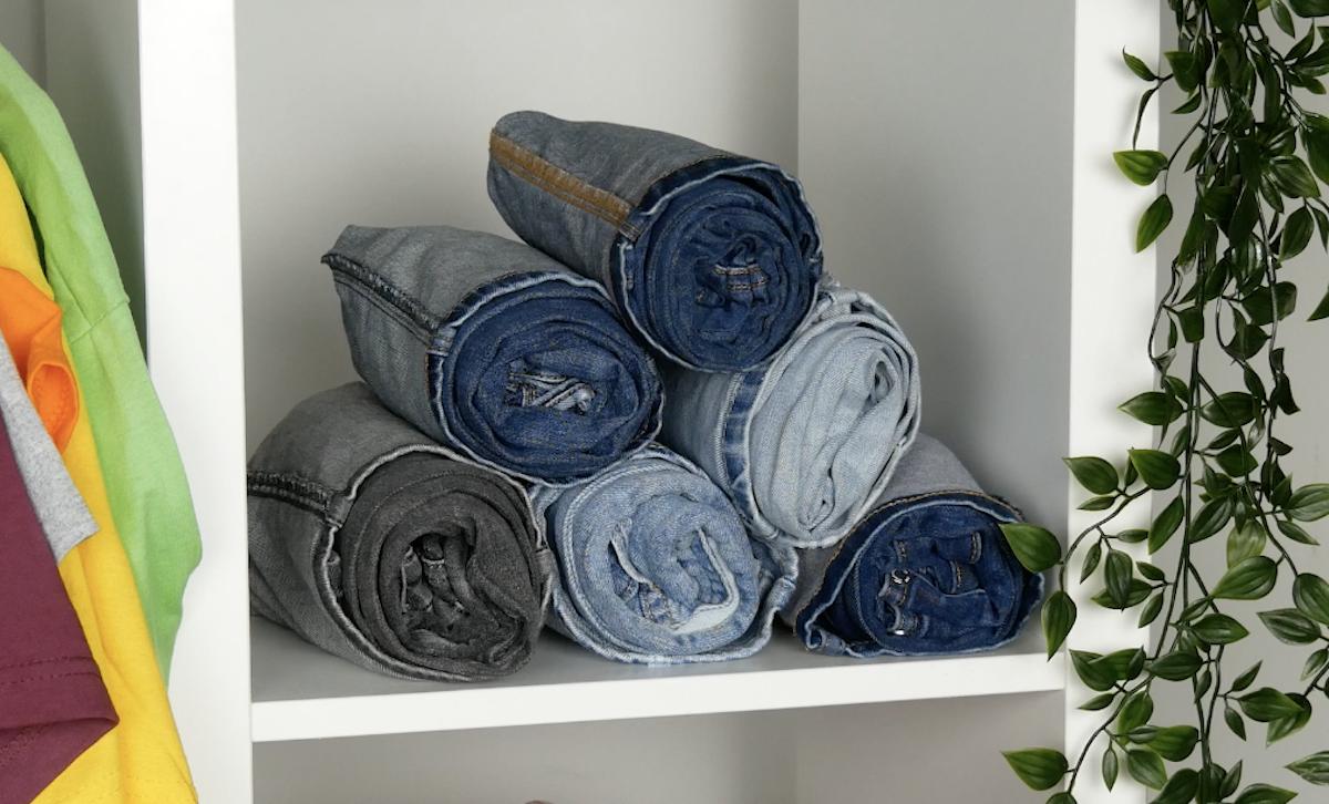 jeans bien rangés dans l'armoire
