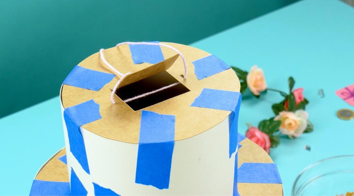 découper le carton pour fabriquer une piñata