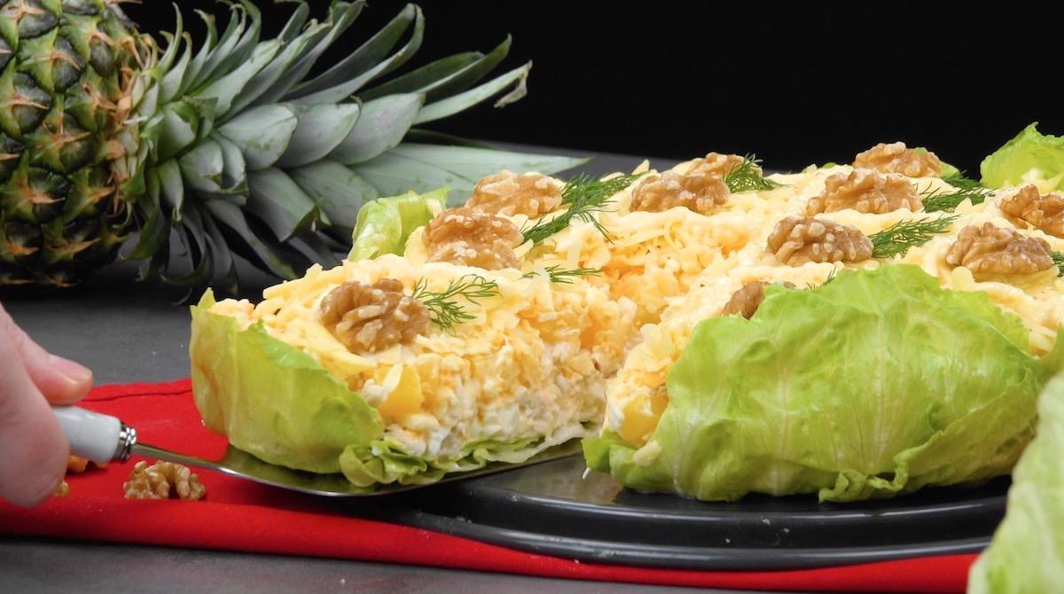 Salade hawaïenne avec blanc de poulet, ananas et œufs