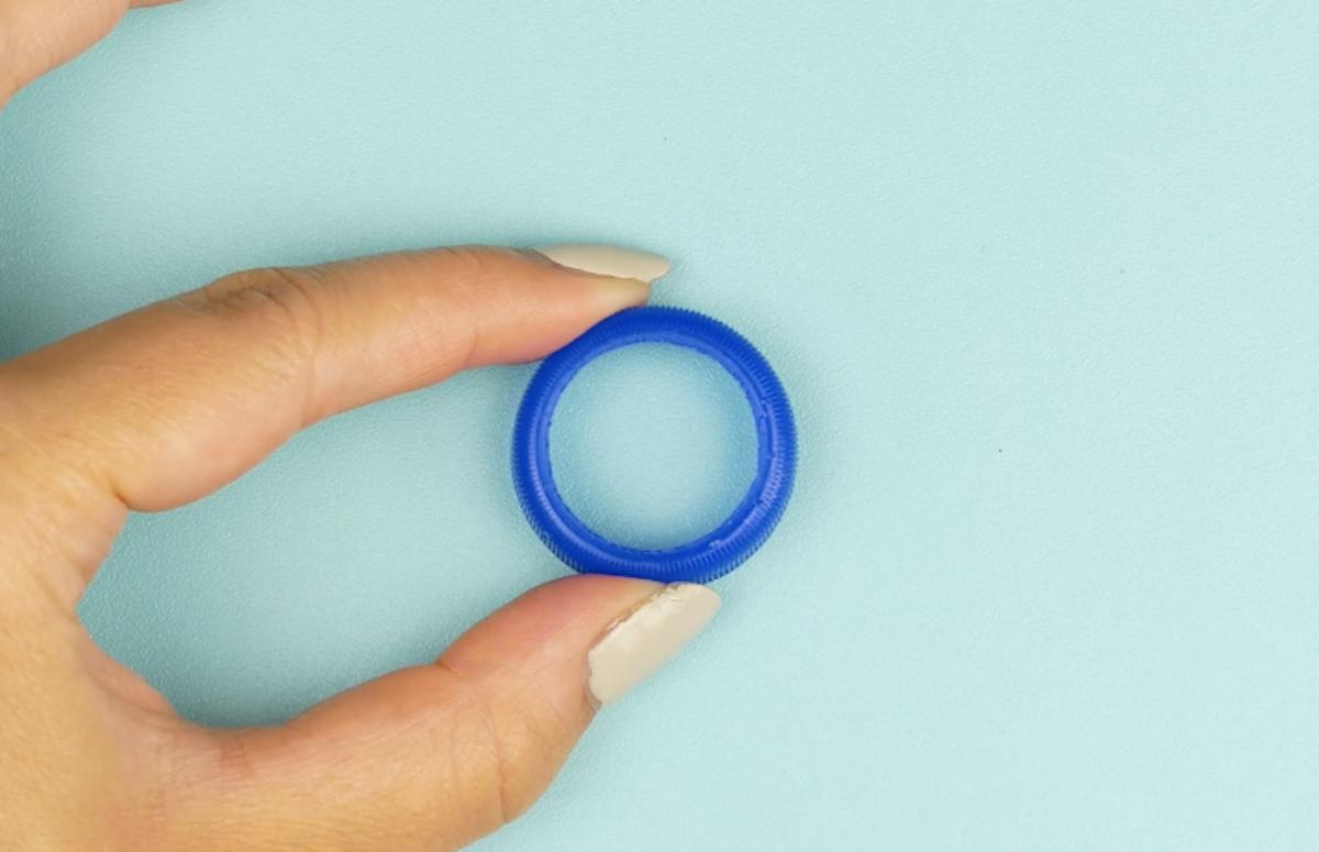 découper un bouchon pour former un anneau