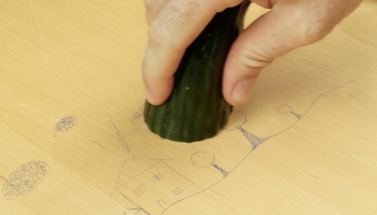 effacer les gribouillages sur les meubles avec un concombre