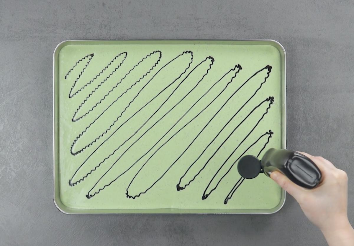 mélanger les ingrédient pour la glace et les mettre sur une plaque
