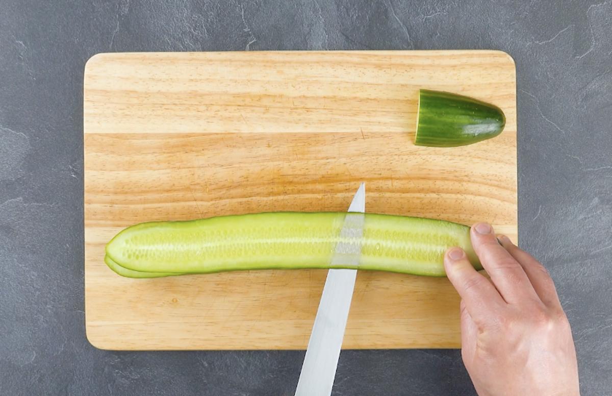 couper une fine tranche du concombre