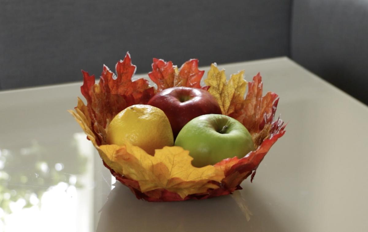 Artisanat à base de feuilles mortes, de colle, d'un bol et de lumière automnale