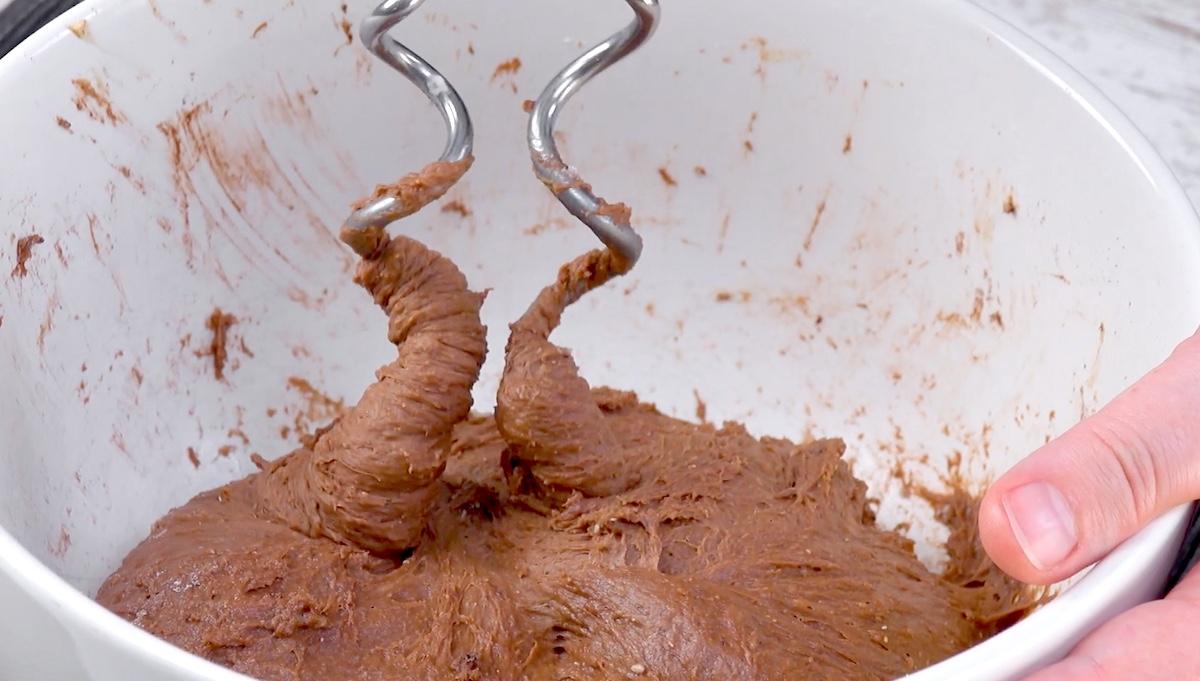 mélanger les ingrédients pour la pâte levée au chocolat