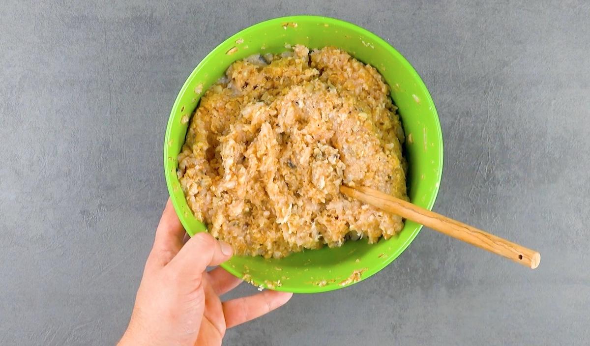 mélanger le poulet avec deux œufs, le ketchup, la sauce Worcestershire, le sel et le poivre ainsi que le mélange de champignons et la chapelure