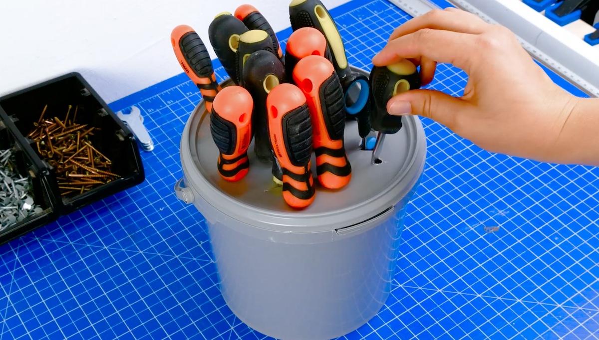ranger les outils dans un seau