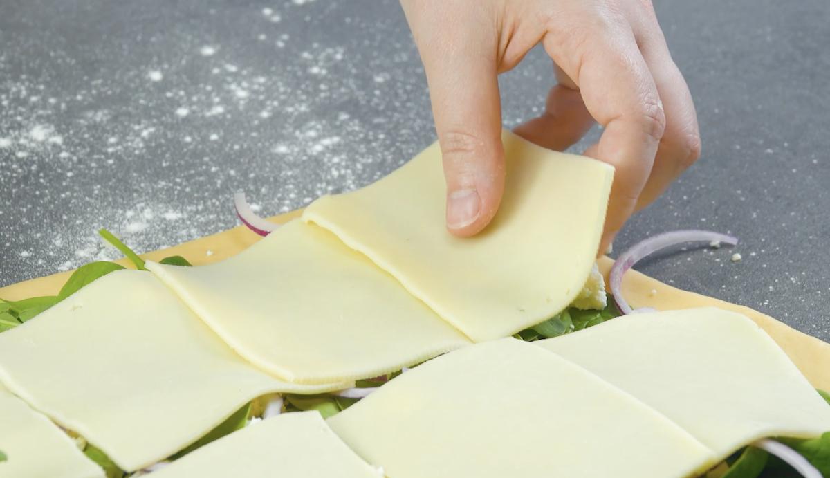 garnir d'épinards, de feta, d'oignons, d'ail et de fromage