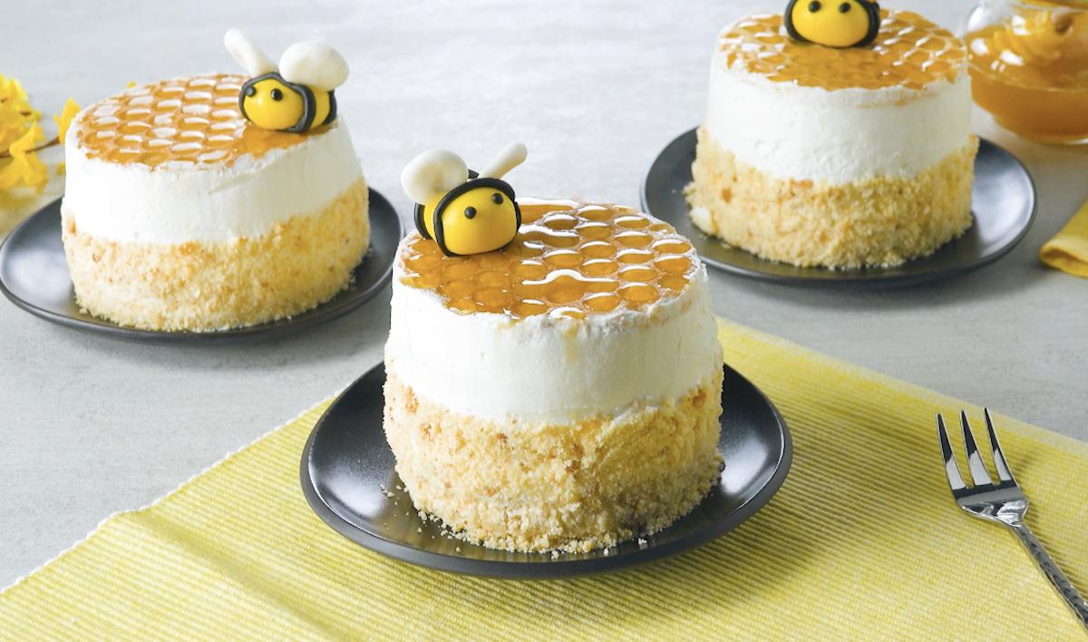 gâteaux au miel avec crème au mascarpone et abeilles en pâte d'amande