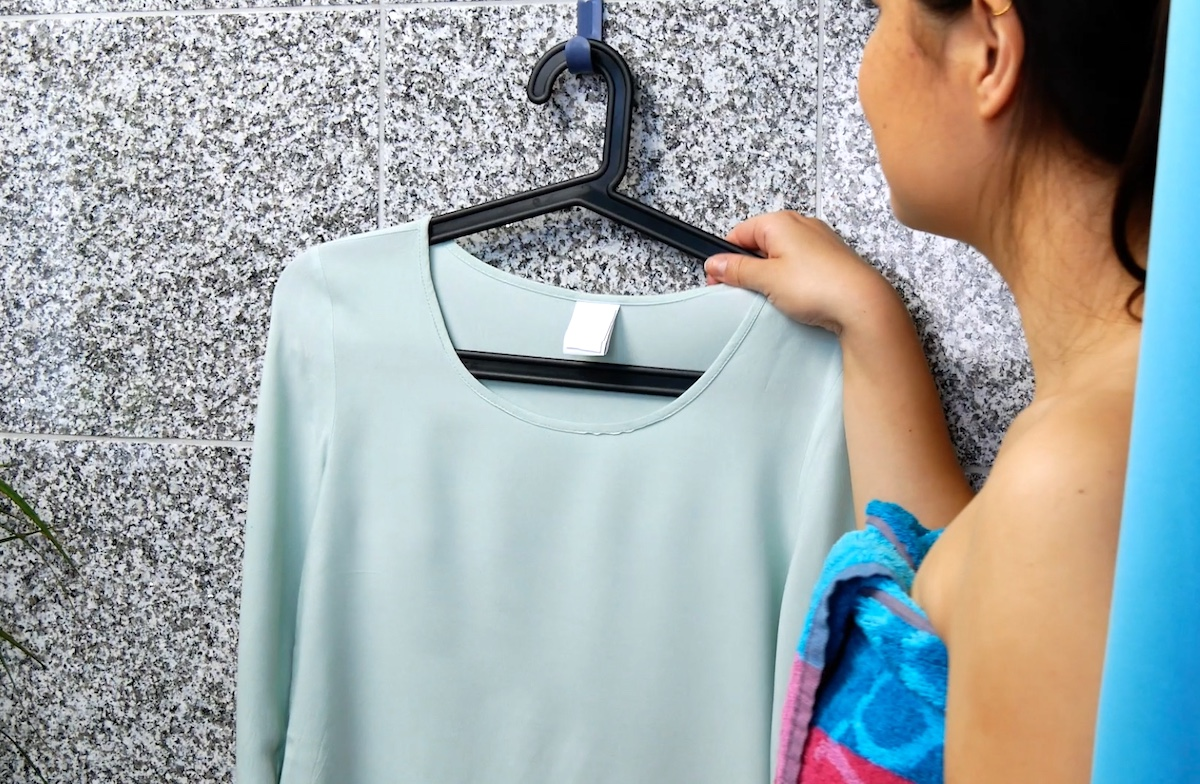 utiliser la vapeur de la douche pur repasser les vêtements