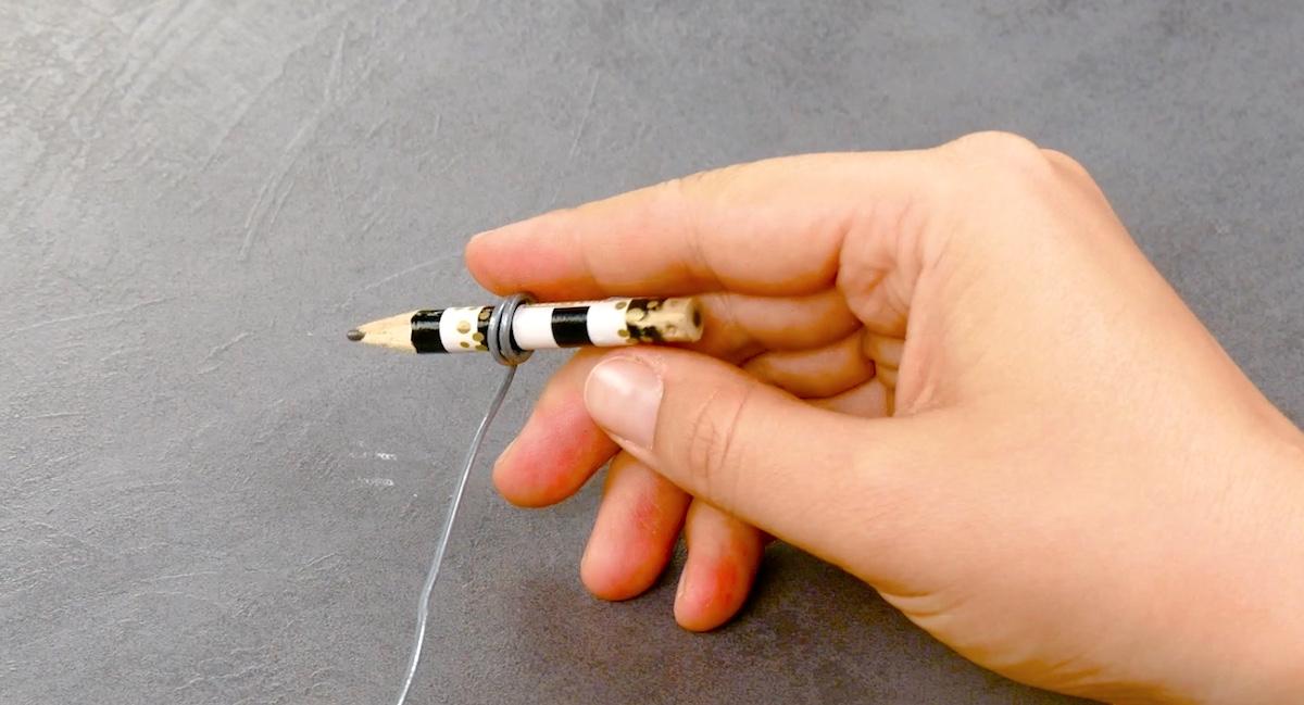 enrouler un fil de fer autour du crayon
