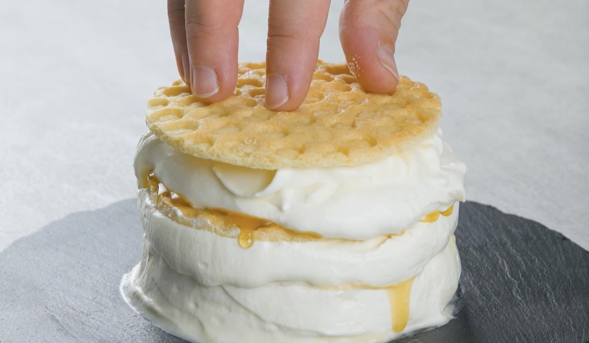 superposer les biscuits et la crème