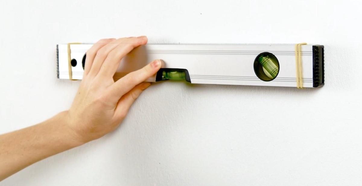 utiliser des élastiques pour fixer le niveauà bulle