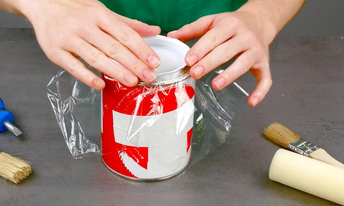 mettre du film alimentaire sur le pot de peinture