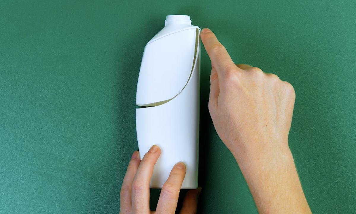 couper les bouteilles de shampoing