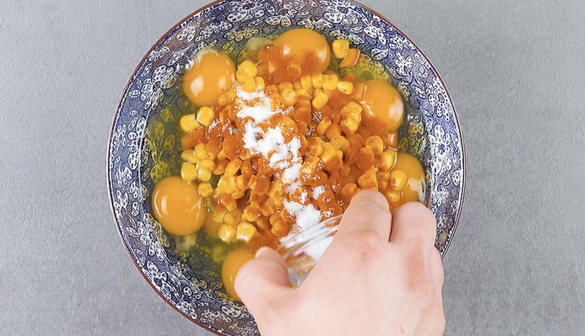 mélanger les œufs et les autres ingrédients