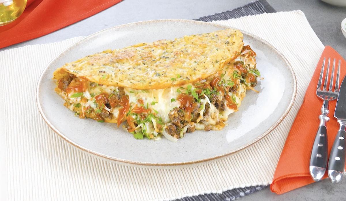 Omelette aux pommes de terre et au fromage avec de la viande hachée