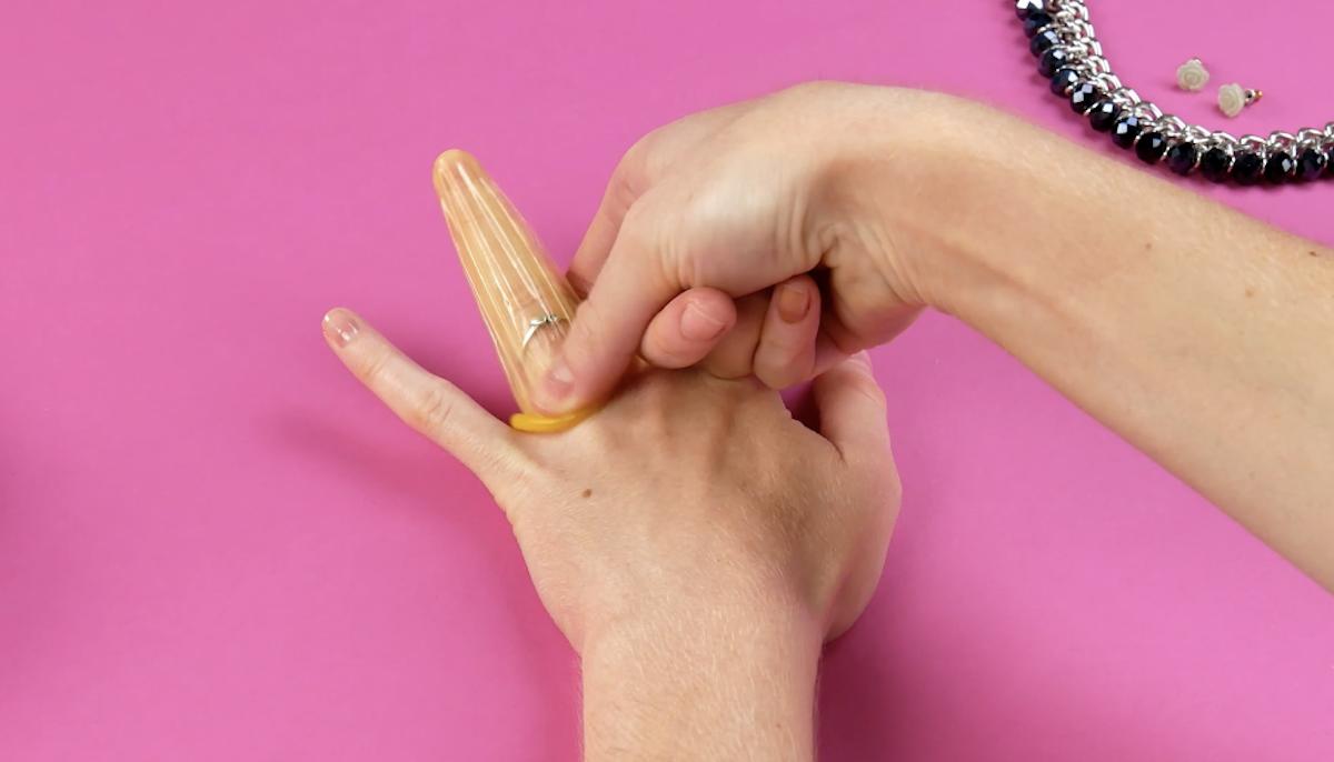 Retirer une bague avec un préservatif