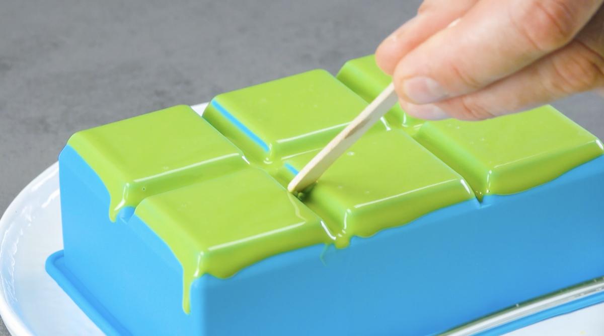 former des carrés de chocolat coloré