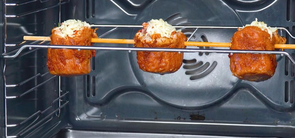 saupoudrer la viande de mozzarella