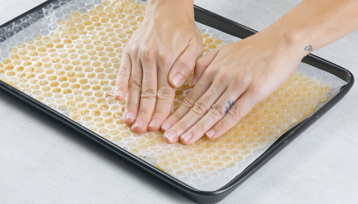 presser le papier bulle sur la pâte