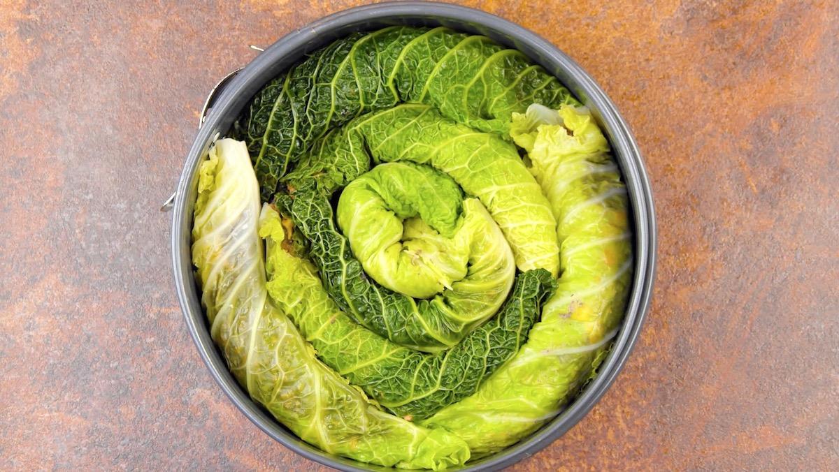 former une spirale avec les feuilles de chou
